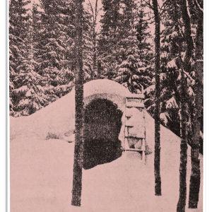 Koivikkolan kellari. Kuva Tuomi Elmgren-Heinosen Kuula-elämäkerran ensimmäisestä painoksesta 1938. Alkuperäinen kuva kadonnut.