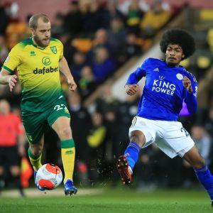 Teemu Pukki med bollen i matchen mot Leicester.