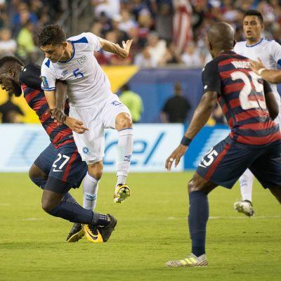 USA:n Jozy Altidore kamppailee pallosta El Salvadorin Ivan Mancian kanssa vuoden 2017 CONCACAF Gold Cupissa.