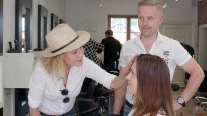 Hiusmuotoilija Tino Soininen loihti Tiinalle uudet hiukset