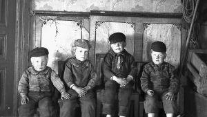 Svartvitt foto av fyra barn