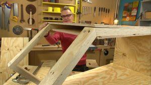 Jim Björni bygger ett litet hus.