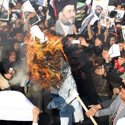 Iranilaiset mielenosoittajat polttivat Saudi-Arabian hallitsijaperheenjäsentä esittävän nuken Baghdadissa 4. tammikuuta.
