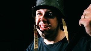 Marcus Rosenlund i krigshjälm