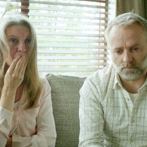 Karaktärerna Gudny och Jonas har förlorat i fosterdotter i dramaserien Case.