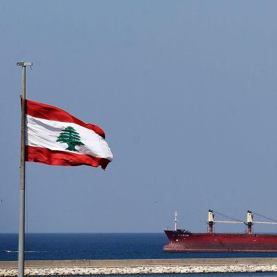 Libanons flagga och ett fartyg.