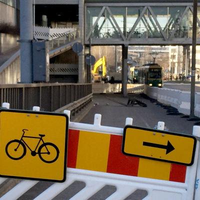 Cykel- och gångvägsskyltar som varsalr om undantagsrutt.