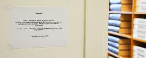 En lapp på väggen berättar om att böckerna i biblioteket kommer från en byggnad med inneluftproblem.