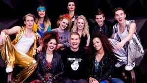 Marco Bjurström tillsammans med huvudrollsinnehavarna i musikalen Prinsessa Ruusunen - paluu tulevaisuuteen.