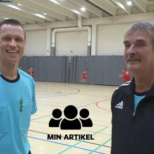 Domarna Christian Snell och Sixten Järnström står vid handbollsplanen.