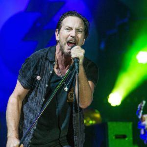 Eddie Vedder sjunger i en mikrofon.