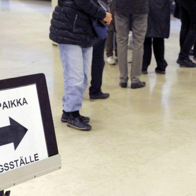 Äänestäjät jonottavat Helsingin kaupungintalolla.