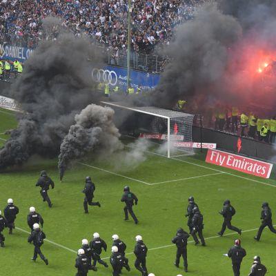 Soihdut lentävät kentälle HSV:n pelissä.