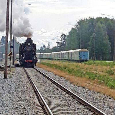 Veturi saapumassa asemalle.