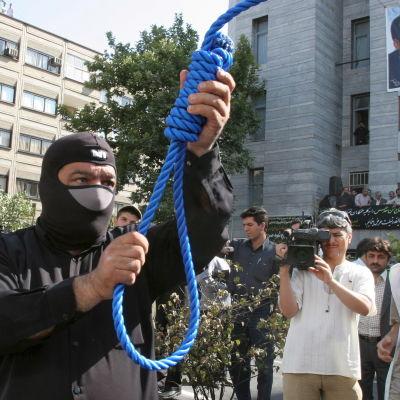 Irans polis förbereder avrättningen av en dömd mördare 2007.