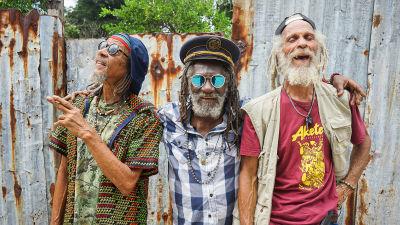 Kolme vanhaa reggaeäijää poseeraa. Kuva dokumenttielokuvasta Inna de Yard.