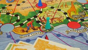 Afrikan tähti -lautapelin pelilautaa, kuvassa Kultarannikko ja Orjarannikko.