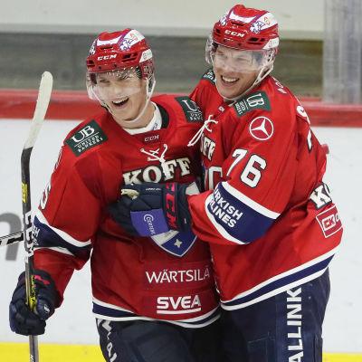 Anton Lundell och Jere Sallinen firar.