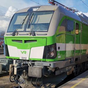 Vectron-sähköveturi Turun rautatieasemalla.
