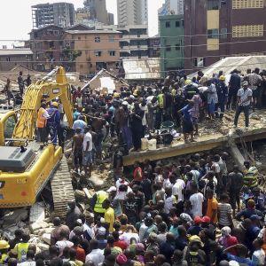Kaos runt räddningsoperationen efter byggnadskollapsen i Lagos.