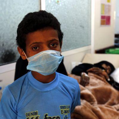Hengityssuojainta käyttävä poika sairaalassa.
