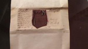 Lutherrelik. Ett stycke tyg från en mässhake som Martin Luther hade burit på sig.