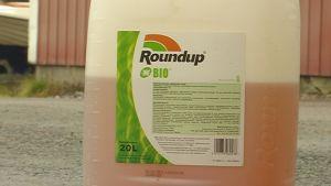 En plastburk med Roundup