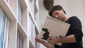 Dominik Bartmanski har en ansenlig samling vinylskivor.