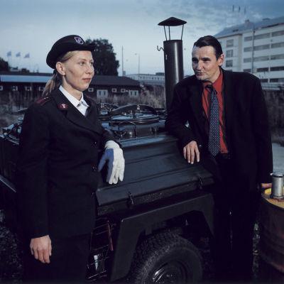 Kati Outinen och Markku Peltola står vid ett soppkök, ur filmen Mannen utan minne.