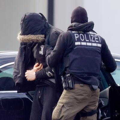 En av de misstänkta eskorterades till domstolen i Karlsruhe i lördags.