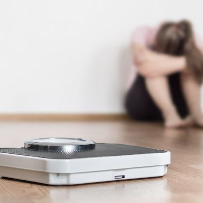 syömishäiriö kuvituskuva puntari ja tyttö