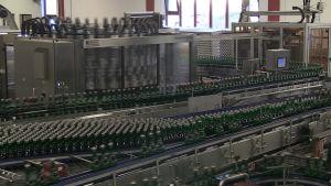 Varje timme fylls 27 000 flaskor.