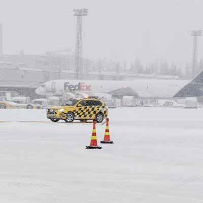 Lumipyry Helsinki-Vantaan lentoasemalla.