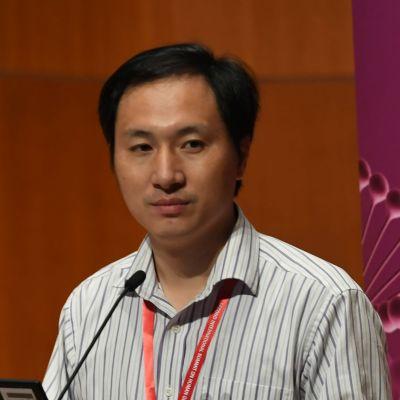 Den här bilden är tagen i Hongkong i november 2018 då He Jiankui presenterade sitt kontroversiella experiment på tvillingflickorna.