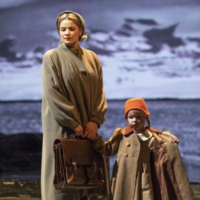 Marjukka Tepponen Mona Kumelin roolissa oopperassa Jää. Kuvassa myös Sointu Vestman Sanna Kummelin roolissa.
