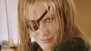 Närbild på Elle Driver (Daryl Hannah) i Kill Bill när hon höjer ett svärd.