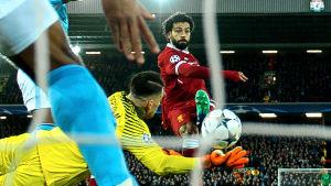 Mohamed Salah gör mål.
