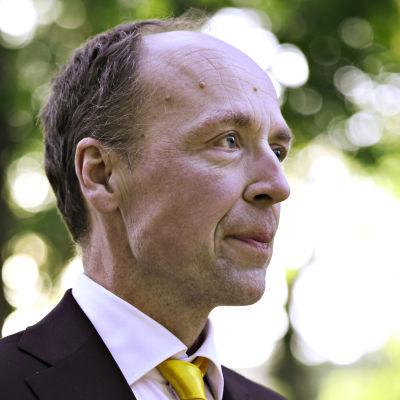 Jussi Halla-aho anländer till Yles kommunalvalsdebatt.