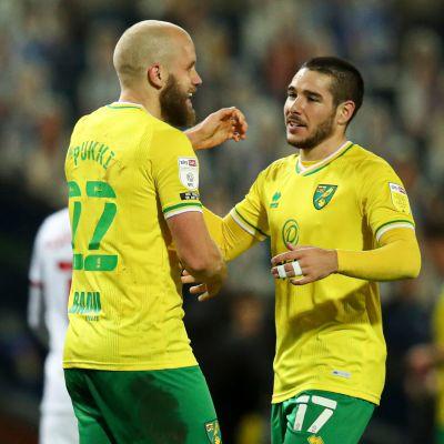 Teemu Pukki och Emiliano Buendía firar ett mål.