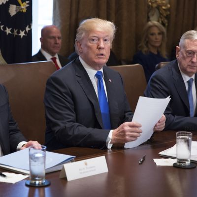 Donald Trump sitter mellan Rex Tillerson och James Mattis i Vita huset.