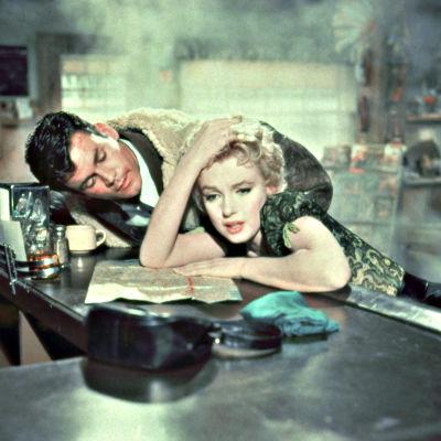 Marilyn Monroe ja Don Murray elokuvassa Bussipysäkki.