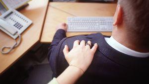 En vänlig klapp på axeln - eller intrång i den privata sfären? Människor har olika inställning till vad som är trevligt eller obehagligt. Bild: Yle/Tv-uutiset/Juha-Pekka Inkinen