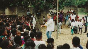 Suuri ihmisjoukko on kerääntynyt kuuntelemaan Mikko Perkoilan esitystä Mosambikissa.