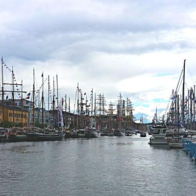 En stor mängd fartyg ligger förtöjda på båda sidor av Aura å under Tall Ships Races i Åbo 2017.