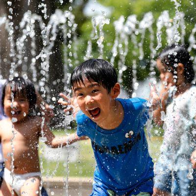 Lapset leikkivät puiston suihkulähteessä Nerimassa, Tokiossa.