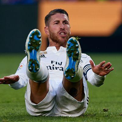 Real Madridin Sergio Ramos nurmen pinnassa.