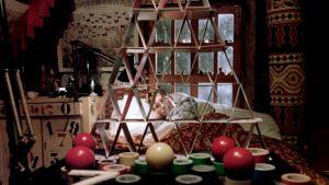 Smut (Jason Edwards) makaa sängyssään ja katselee korttitaloa elokuvassa Kohtalokkaat numerot