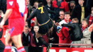 Eric Cantona sparkar en Crystal Palace-anhängare.
