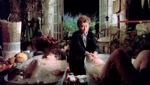 Cissie Colpitts (Joan Plowright) on juuri hukuttanut petollisen aviomiehensä kylpyammeeseen elokuvassa Kohtalokkaat numerot