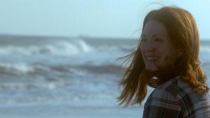 Julianne Moore muistisairaana Alicena elokuvassa Edelleen Alice.
